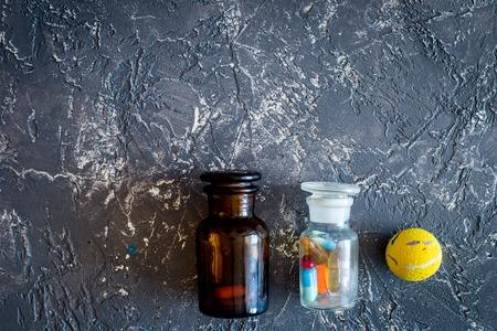Diergeneeskunde concept. Pillen op grijze steen achtergrond bovenaanzicht Stockfoto