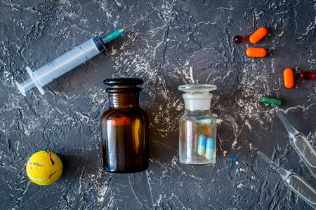 Huisdier genezen concept. Pillen en spuit op grijze steen bovenaanzicht als achtergrond
