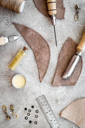 회색 돌 배경 상위 뷰 가죽 공예 도구