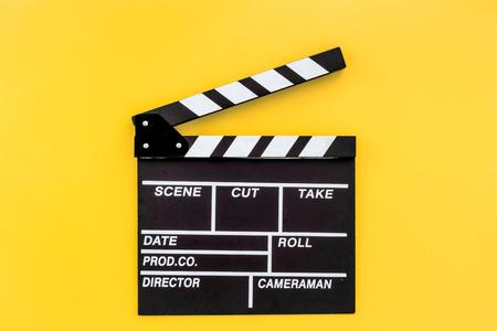 Profesión del cineasta. Claqueta sobre fondo amarillo vista superior copyspace Foto de archivo - 83464632