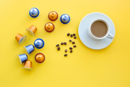 飲料カプセル コーヒー マシン コーヒー カップや黄色の背景平面図 copyspace 穀物の近く