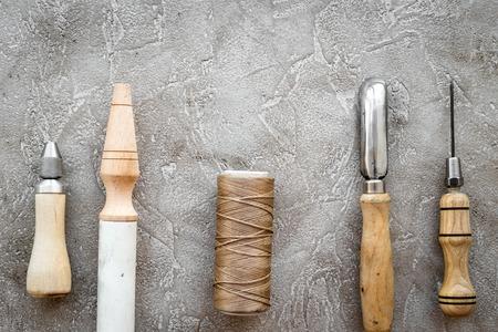 회색 돌 테이블에 가죽 공예 도구 스톡 콘텐츠