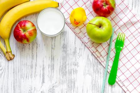 Desayuno para niños con frutas en mesa de madera clara. Foto de archivo - 83527532