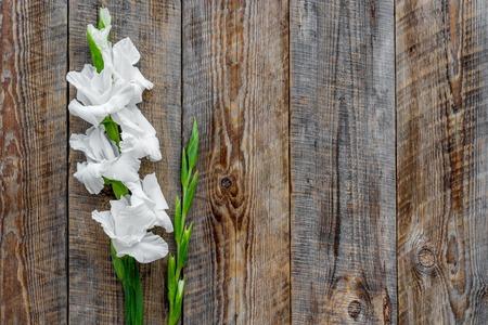 コンセプトはフェミニンなデスク。素朴な木製の背景上に花を表示 copyspace
