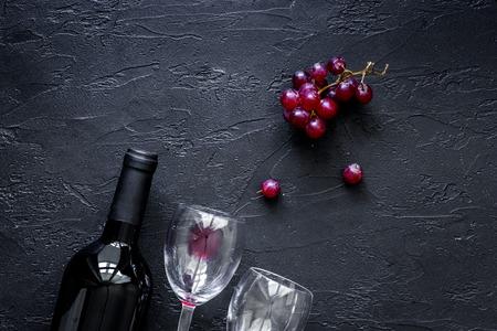 검은 돌 테이블 배경 상위 뷰 와인 안경.