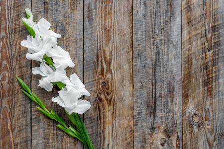 コンセプトはフェミニンなデスク。素朴な木製の背景平面図上の花します。
