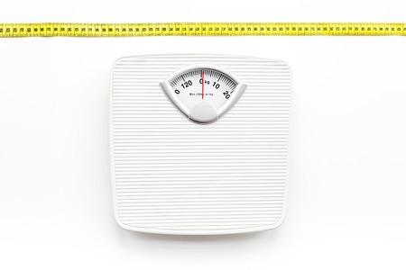 scala di bagno e nastro di misurazione su sfondo bianco vista dall & # 39 ; alto