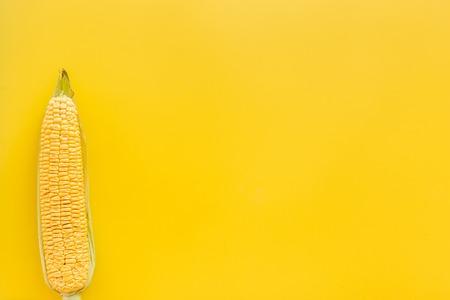 Maiskolben auf gelbem Hintergrund Draufsicht copyspace Standard-Bild - 83853407