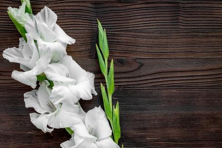 コンセプトはフェミニンなデスク。暗い背景の木の上に花を表示 copyspace 写真素材