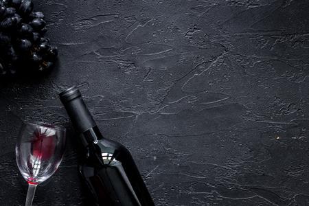 Wijnglazen en fles op zwarte van de steenlijst hoogste mening als achtergrond copyspace