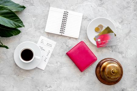 카페에서 계산서를 요청하십시오. 커피, 은행 카드 및 지갑 회색 돌 테이블 상위 뷰 서비스 벨.