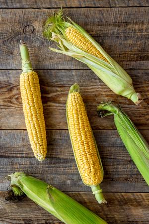 Vegetarisches Essen . Maiskolben auf rustikalem hölzernem Hintergrund Draufsicht Standard-Bild - 84326266