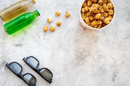 Collations pour film soufflé popcorn et soda près des verres sur fond gris. vue de dessus Banque d'images - 84480462