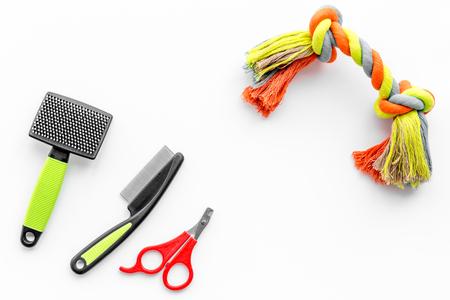 Cuidado de mascotas y herramientas de aseo con pinceles en el espacio de vista superior de fondo blanco de mesa para texto Foto de archivo - 84555136