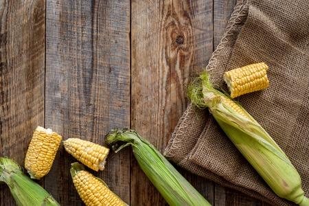 Vegetarisches Essen. Maiskolben auf rustikalem hölzernem Hintergrund Draufsicht copyspace Standard-Bild - 84578605