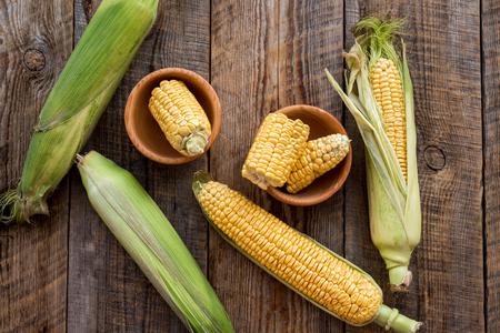 Bio-Bauernhof Essen. Cutted-Maiskolben auf Draufsicht des rustikalen hölzernen Hintergrundes Standard-Bild - 84732842