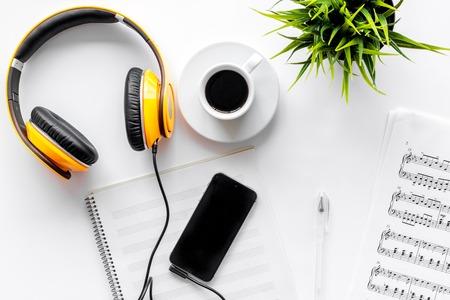 Bureau van muzikant voor songwriter werk instellen met hoofdtelefoons en smartphone op witte achtergrond bovenaanzicht mockup Stockfoto