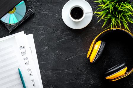 テキストの暗い背景トップ ビュー空間に dj 作業用紙、ノート、cd とヘッドフォンのセット 写真素材 - 85134110