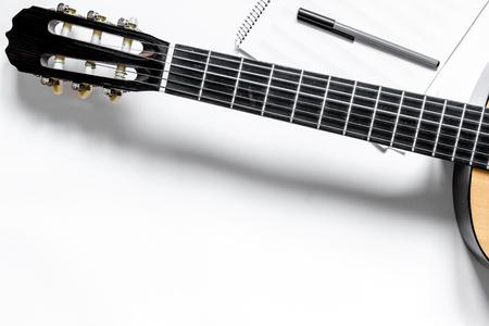 Bureau van musicus voor songwriter werk set met gitaar en papier witte achtergrond bovenaanzicht mockup Stockfoto