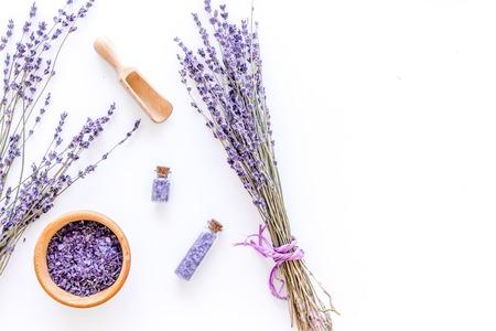 Bio-Kosmetik-Set mit Lavendel Kräutern und Meersalz in Flasche auf weißem Tisch Hintergrund flachen Laien Mockup