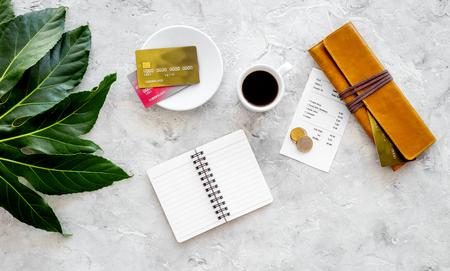 Betaal restaurantrekening. Rekening, bankkaart, portefeuille, muntstukken dichtbij kop van koffie op de lichte mening van de lijstbovenkant Stockfoto