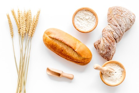 Boulangerie magasin avec du pain de coco frais sur fond blanc table vue de dessus Banque d'images - 85537796