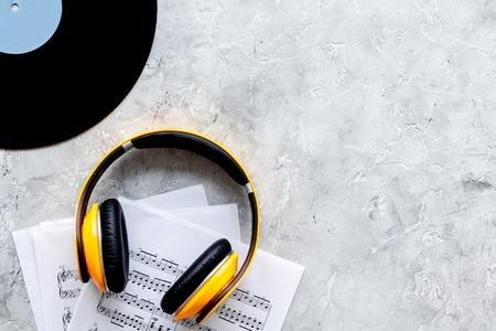 muzikant werk set met papier met notities en vynil record op stenen tafel achtergrond bovenaanzicht ruimte voor tekst