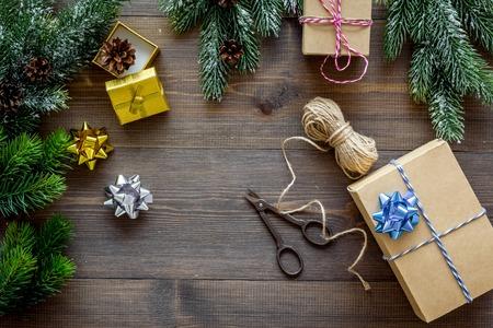 cadeaus inpakken set voor het nieuwe jaar en kerst 2018 groet op houten tafel achtergrond top veiw mock up