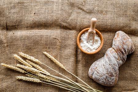 リネン デスク背景平面図モックアップのパン屋さんの小麦粉で焼きたてのおいしいパン