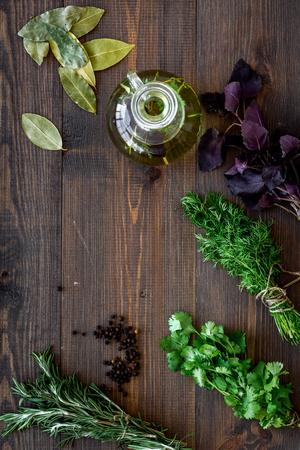 新緑と木製キッチン テーブル背景トップ ビューをモックでオーガニック オイルの手料理