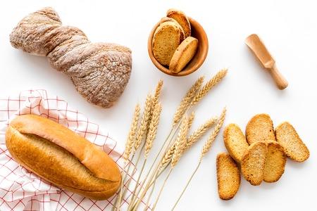 Boulangerie magasin avec du pain de coco frais sur fond blanc table vue de dessus Banque d'images - 85612425