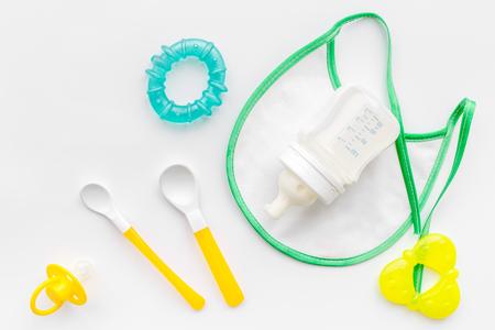 Mère soins du lait maternel dans une bouteille et la formule de la nourriture du corps médical pour le bébé alimentation sur fond blanc table vue de dessus Banque d'images - 85688973