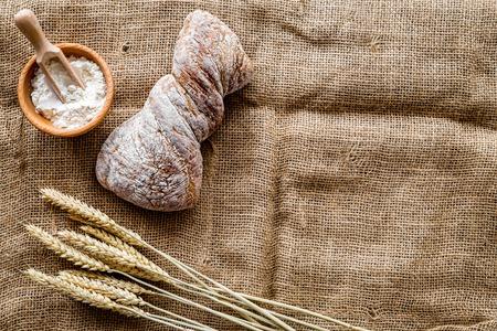 ベーカリー ショップ「テーブル rystic 背景平面図モックアップ上新鮮なライ麦パンで設定 写真素材