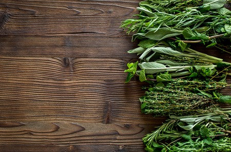 verse kruiden en groen drogen voor spice voedsel op houten keuken Bureau achtergrond bovenaanzicht ruimte voor tekst