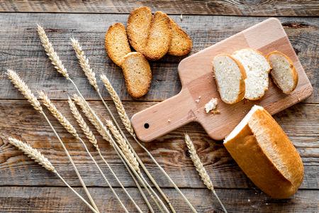Pain frais avec de la farine de blé dans la boulangerie sur le dessus de la table en bois vue de dessus de fond Banque d'images - 85756118