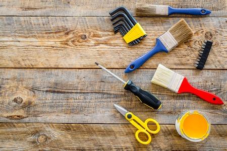 住宅のリフォームを構築、塗装、修理木製テーブルの背景トップビューのモックアップのために設定