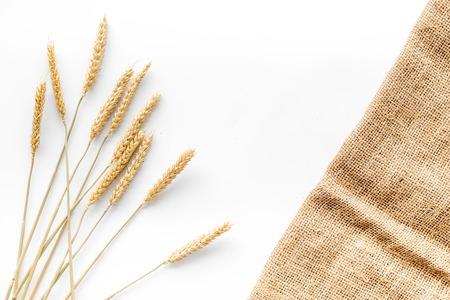 Production de blé et de seigle farine d & # 39 ; oreille sur fond blanc vue de dessus de bureau Banque d'images - 85756187