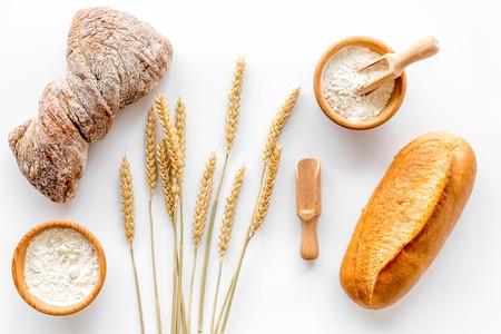 Bovenaanzicht van tarwe, bloem en brood op een witte achtergrond Stockfoto