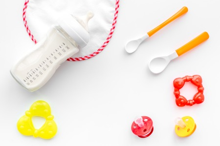 Préparation de repas bébé alimentation avec le lait de lait de lait à la bouteille dans un vase avec un chien de toilette sur fond blanc Banque d'images - 85980245