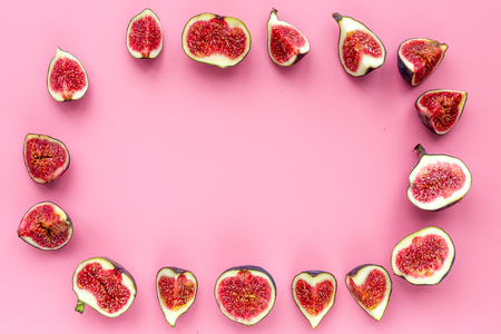 Frame of fresh blue figs slices on pink background top view. Banco de Imagens - 86079427