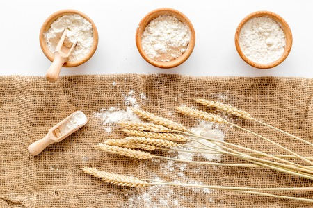 Production de blé et de seigle farine d & # 39 ; oreille sur fond blanc de blé dans la vue de dessus de la boulangerie Banque d'images - 86079520