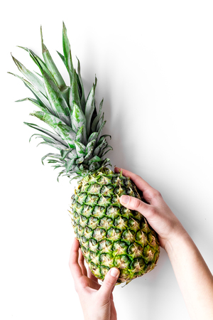 Tropische vruchten achtergrond. Pinneapple op witte hoogste mening.