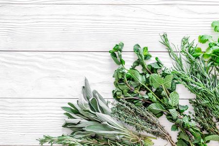 Gewürze mit frischen Kräutern und Grün für das Kochen auf hölzernem Hintergrund des blauen Holztischhintergrundes machen Standard-Bild - 86142914