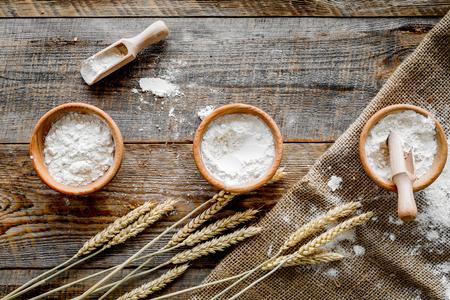 Blé et seigle oreille pour la production de production dans la boulangerie produit sur fond de bois table vue de dessus Banque d'images - 86142956