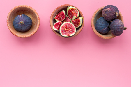 Fresh blue figs in bowls on pink background top view. Banco de Imagens - 86142980
