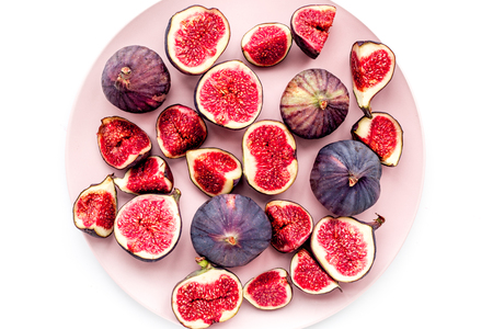Plate of fresh blue figs on white background top view. Banco de Imagens - 86142984