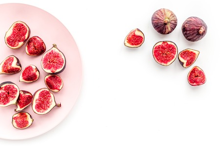 Fresh blue figs slices on plate on white background top view. Banco de Imagens - 86142988