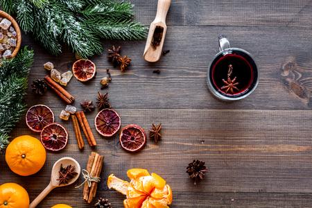 뜨거운 음료와 함께 새해 겨울 저녁을 축하하십시오. Mulled 와인 또는 grog 성분입니다. 나무 책상 배경 상위 뷰입니다. 텍스트를위한 공간