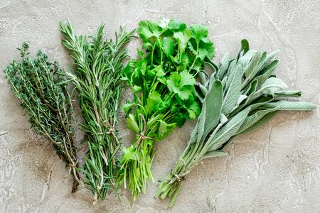 het maken van kruiden met verse kruiden en groen voor het koken op stenen keuken tafel achtergrond bovenaanzicht