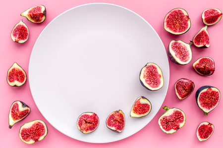 Empty plate among fresh blue figs on pink background top view . Banco de Imagens - 86538560
